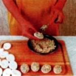 Яйца, фаршированные авокадо, креветками и овощами