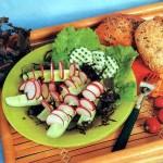 Салат-закуска из свежих огурцов и редиса